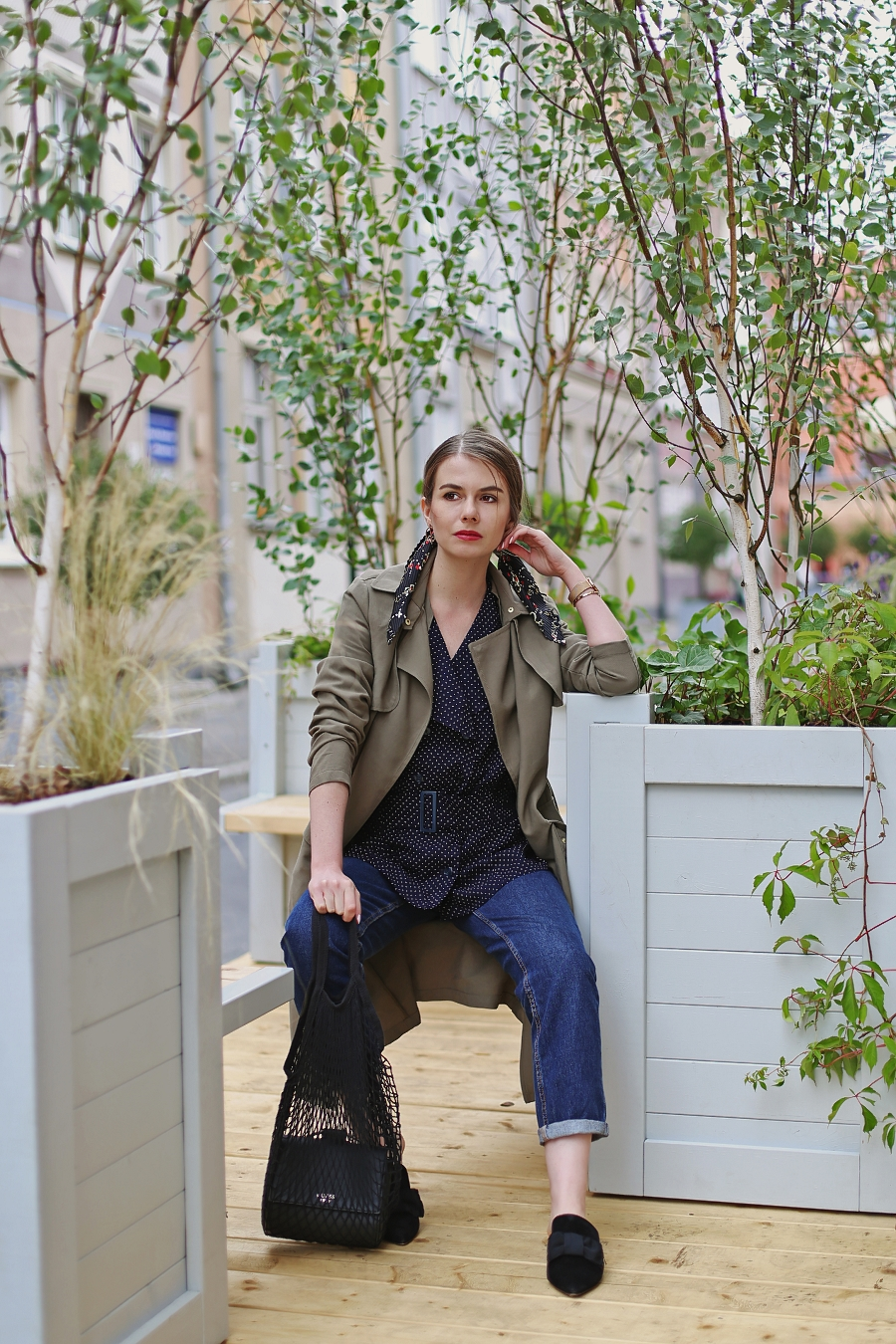 Koszula vintage w groszki, mom jeans, trencz khaki, siatka na zakupy PRL, klapki mule