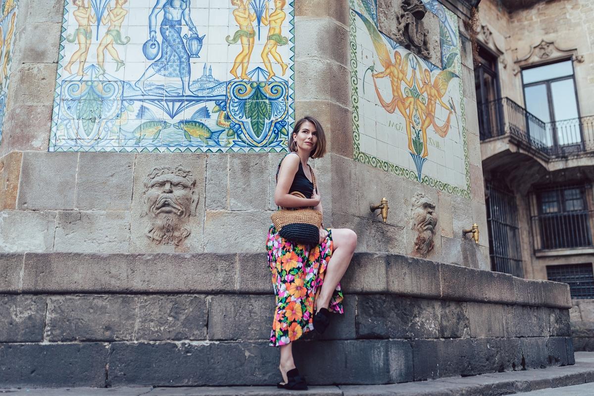 Barcelona sesja modowa kafle spódnica 7/8 klapki mules pleciona torebka