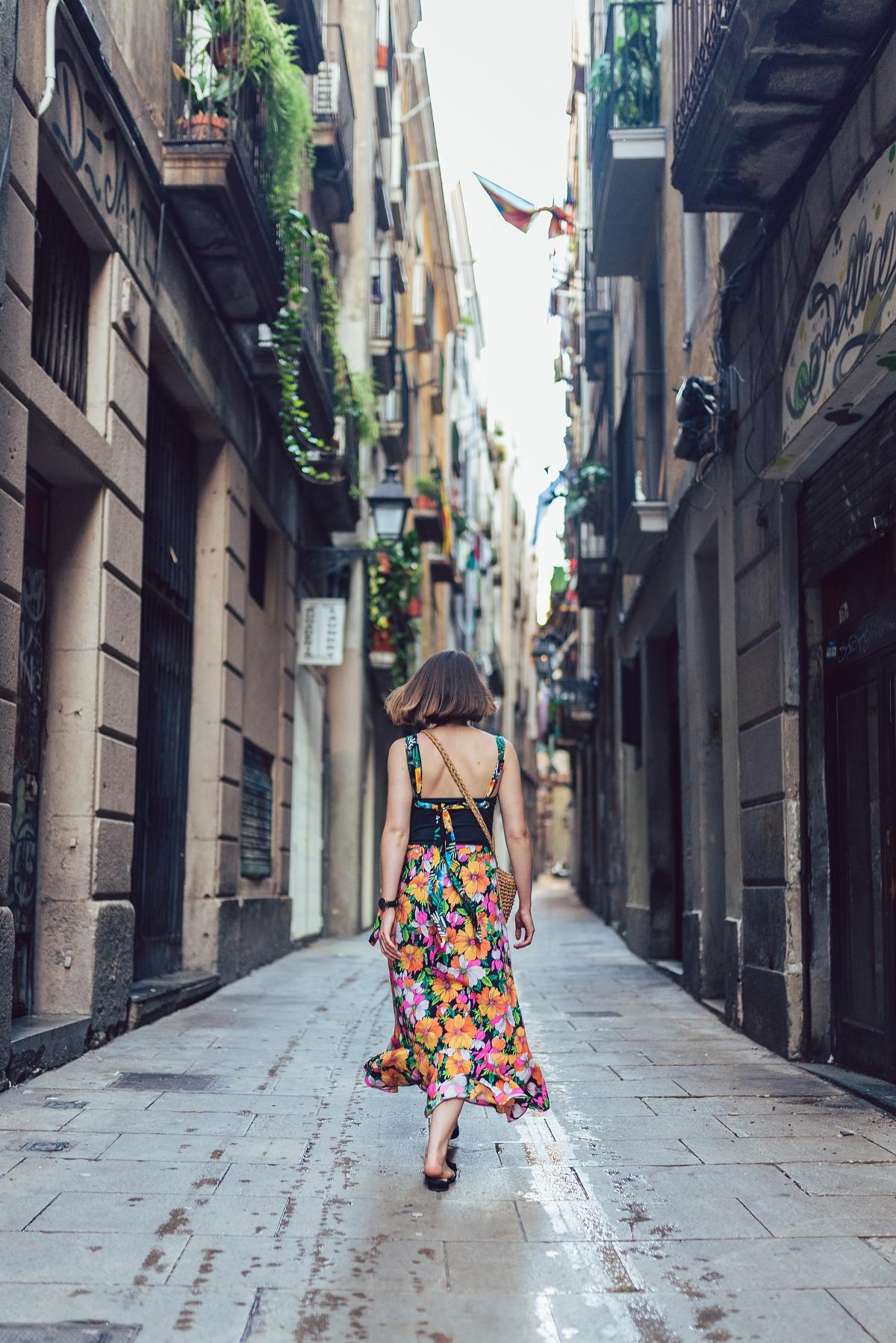 Barcelona sesja modowa spódnica 7/8 klapki mules pleciona torebka