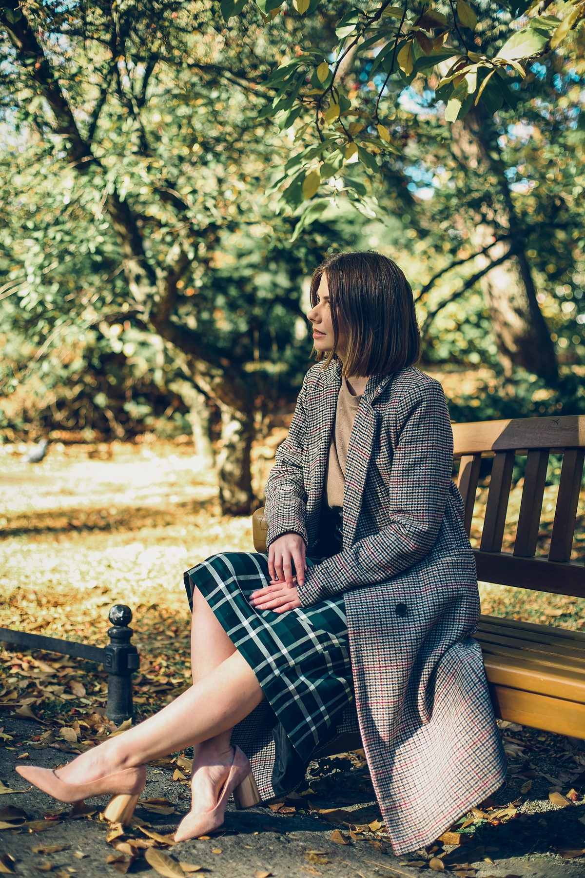 jesienne trendy spódnica ołówkowa w kratę sweter camel
