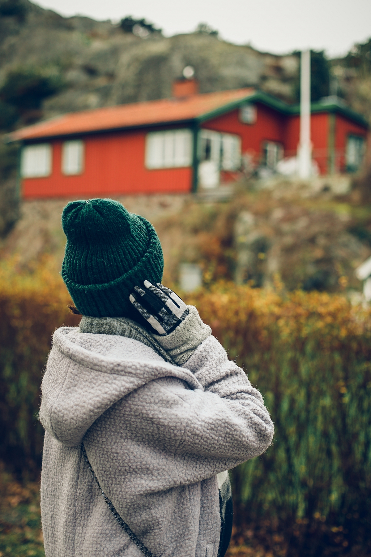 skandynawski look moodo szara stylizacja zielona czapka krata