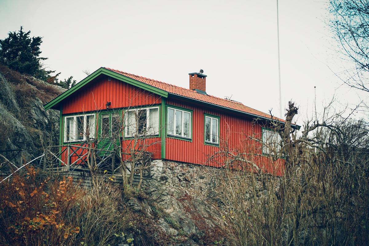 szwedzka wyspa drewniany czerwony domek
