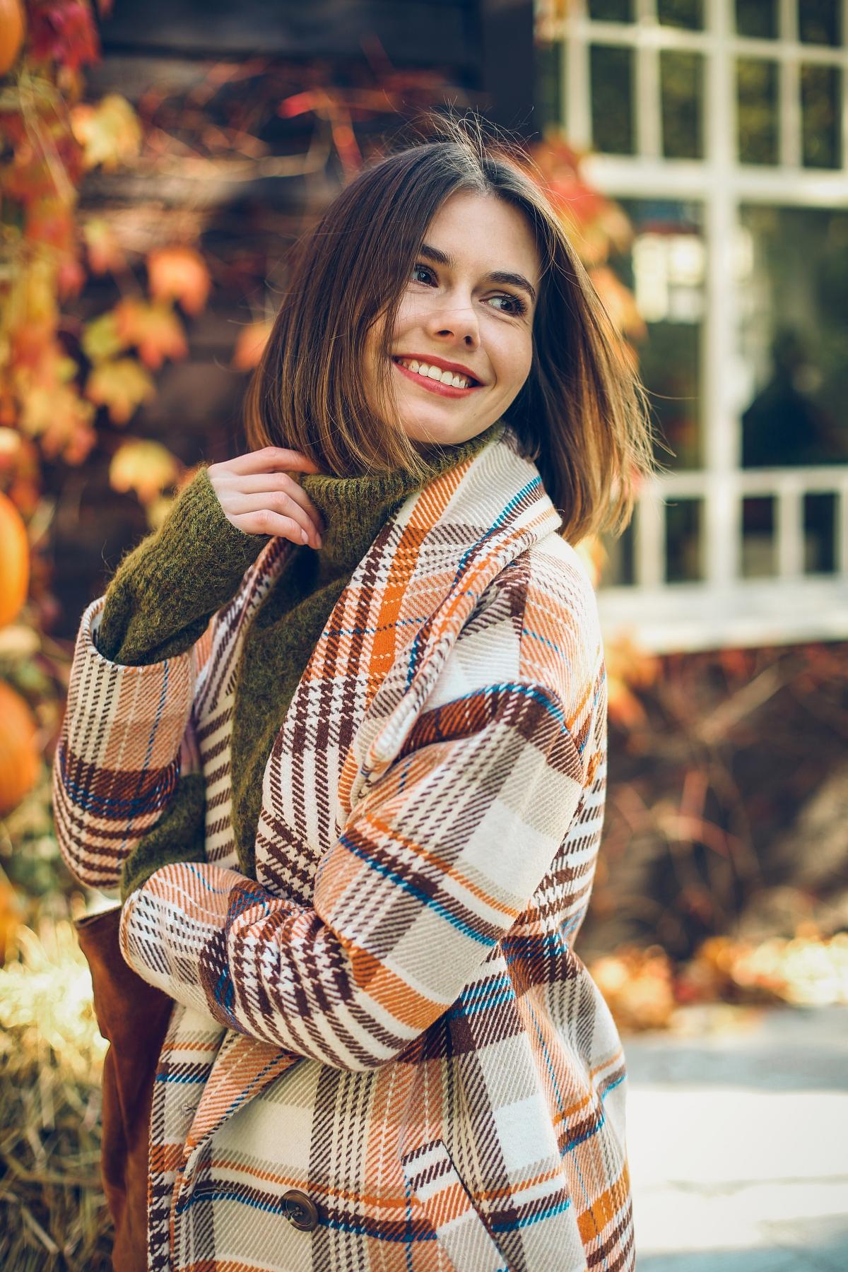 jesienne trendy zielony sweter i płaszcz w kratę