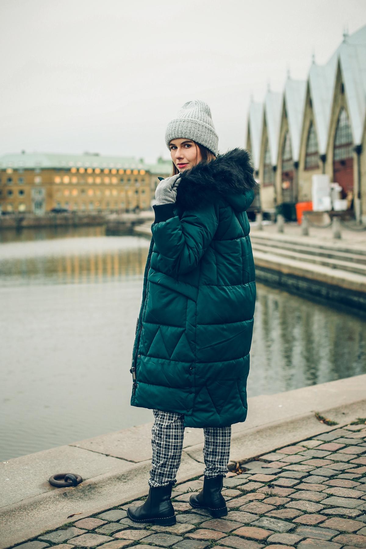 zimowa stylizacja pikowany płaszcz sesja Göteborg Feskekörka