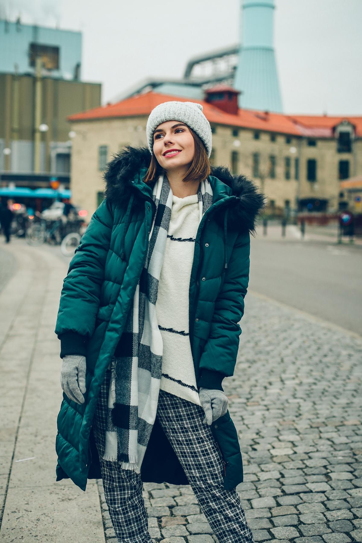zimowa stylizacja pikowany płaszcz sweter czapka krata moodo