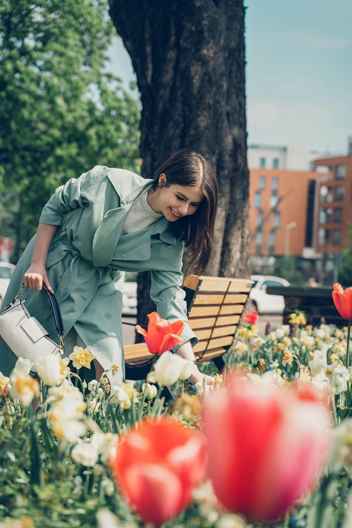 miętowy trencz stylizacja na wiosnę