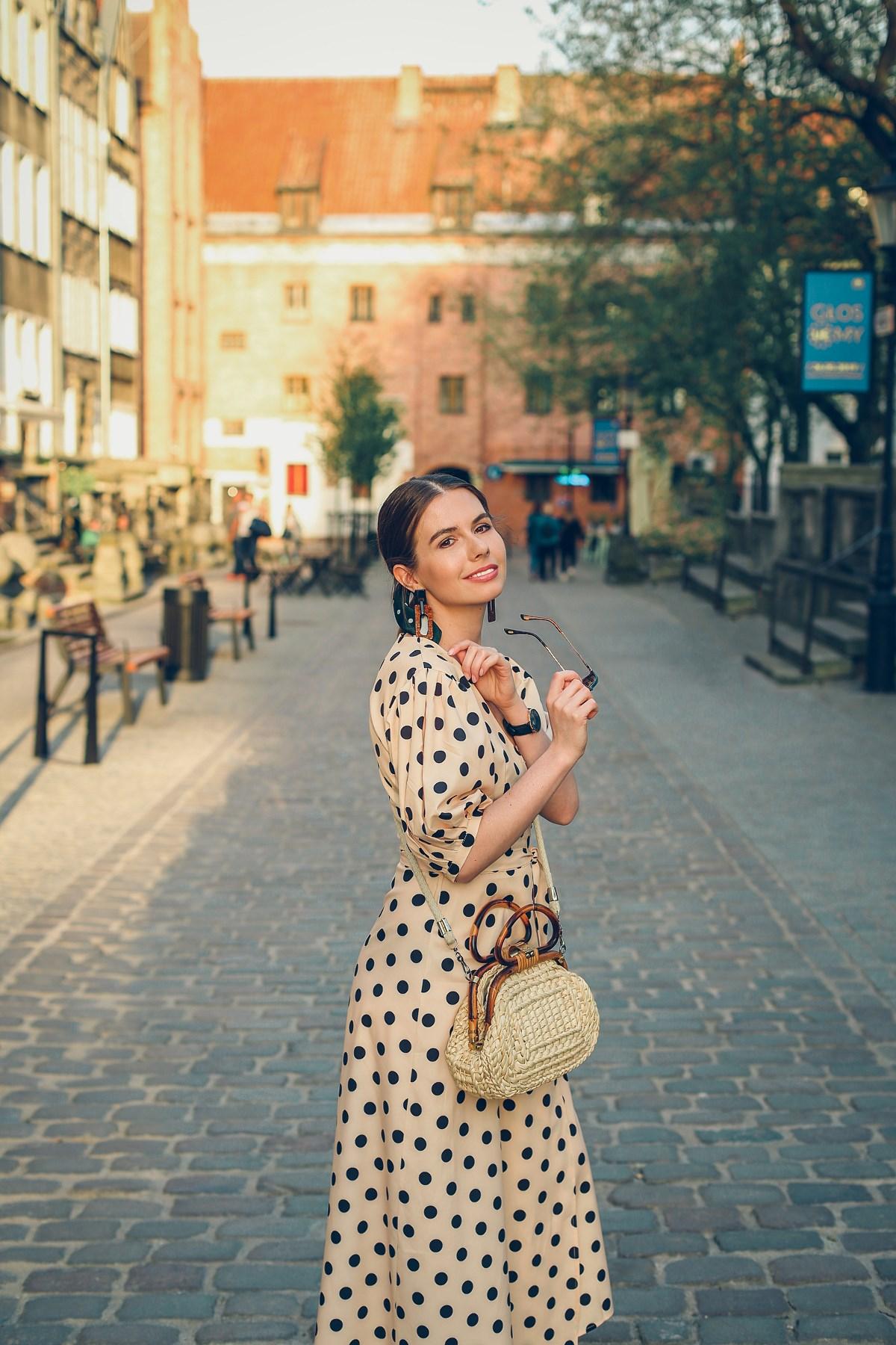 beżowa sukienka w groszki