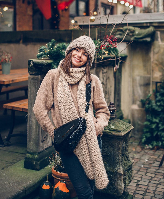 modowe hity 2019 beżowy sweter