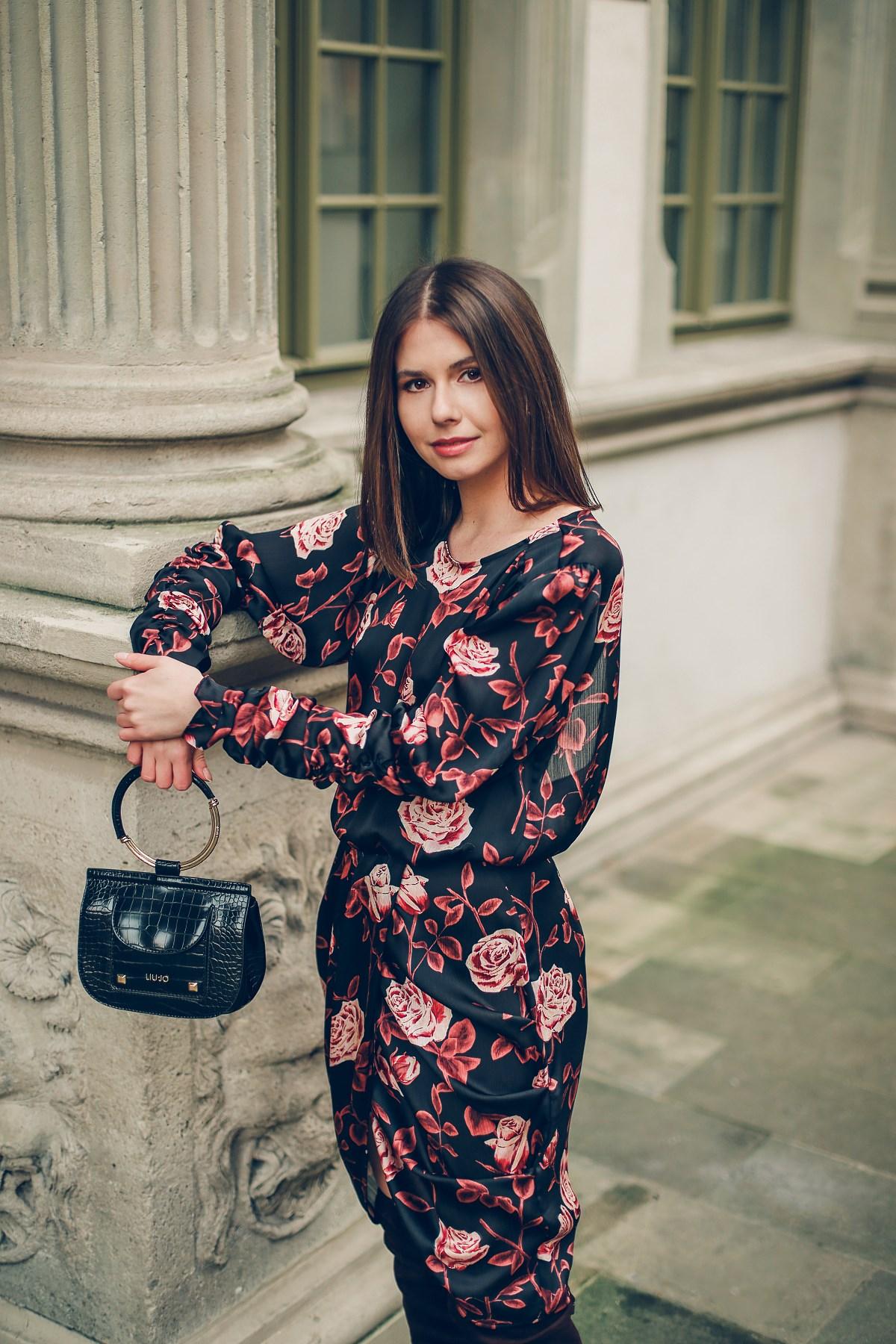 wystroić się na kwarantannie  sukienka w róże torebka liu jo