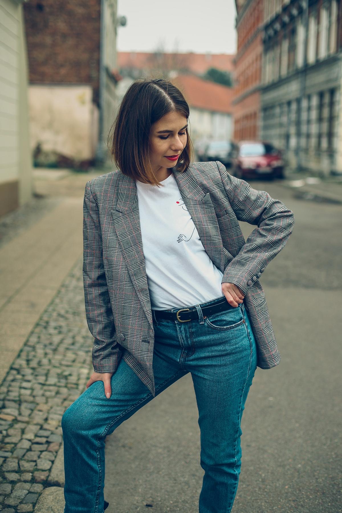 Klasyczna stylizacja na wiosnę: marynarka w kratę & T-shirt z ilustracją Agnieszki Małeckiej