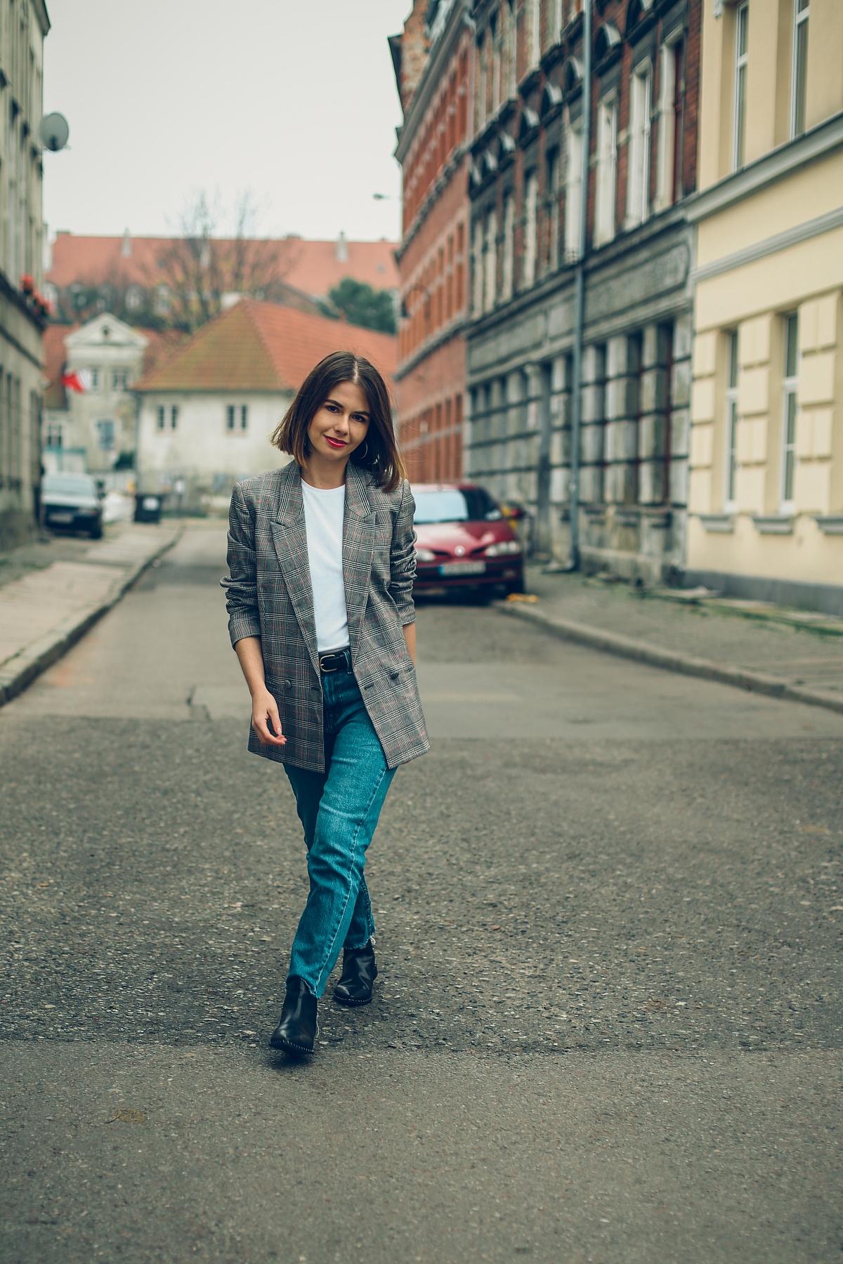Klasyczna stylizacja na wiosne marynarka w krate jeansy  T-shirt patchouli