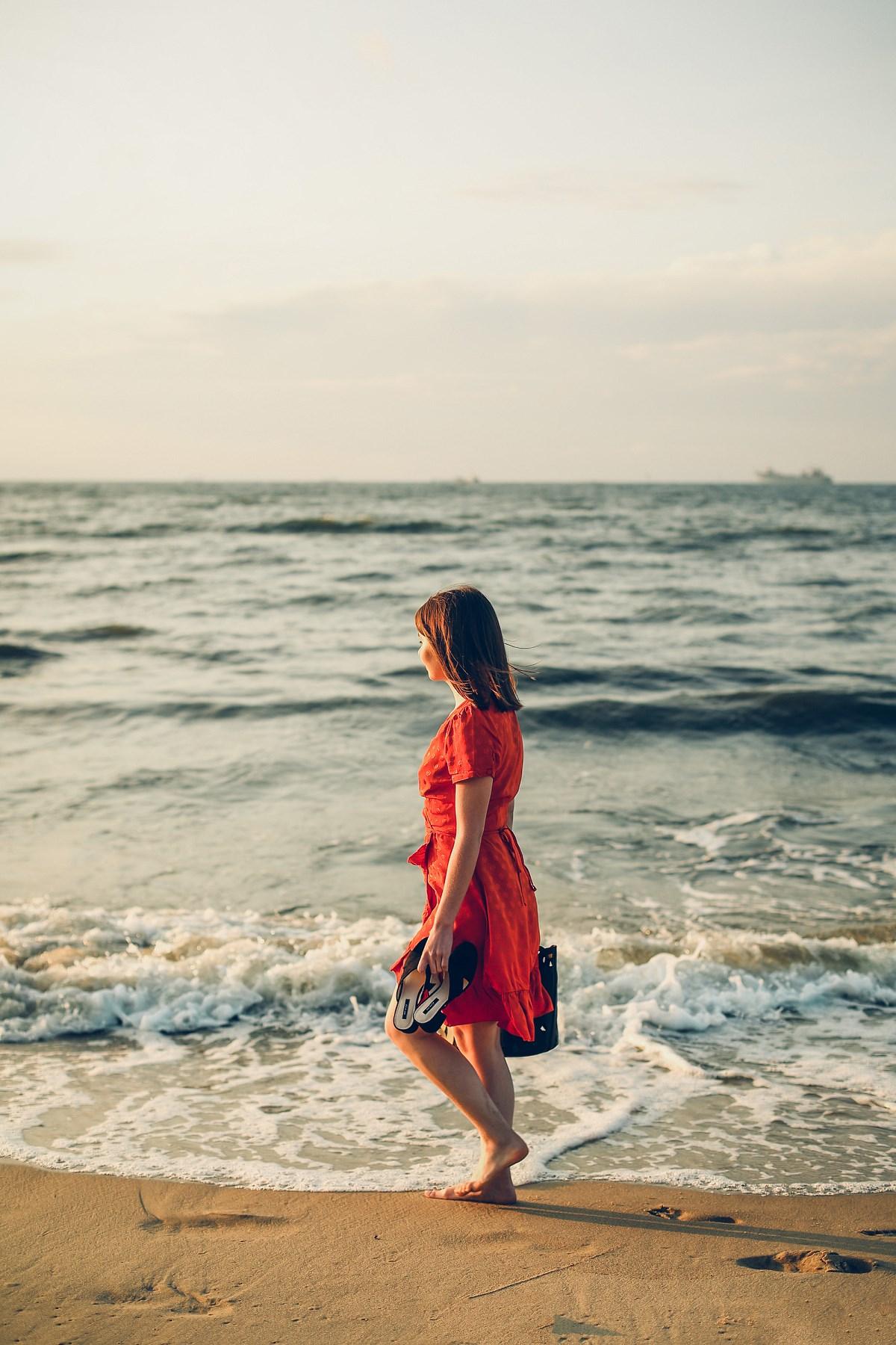 sesja blog modowy zachód słońca nad morzem