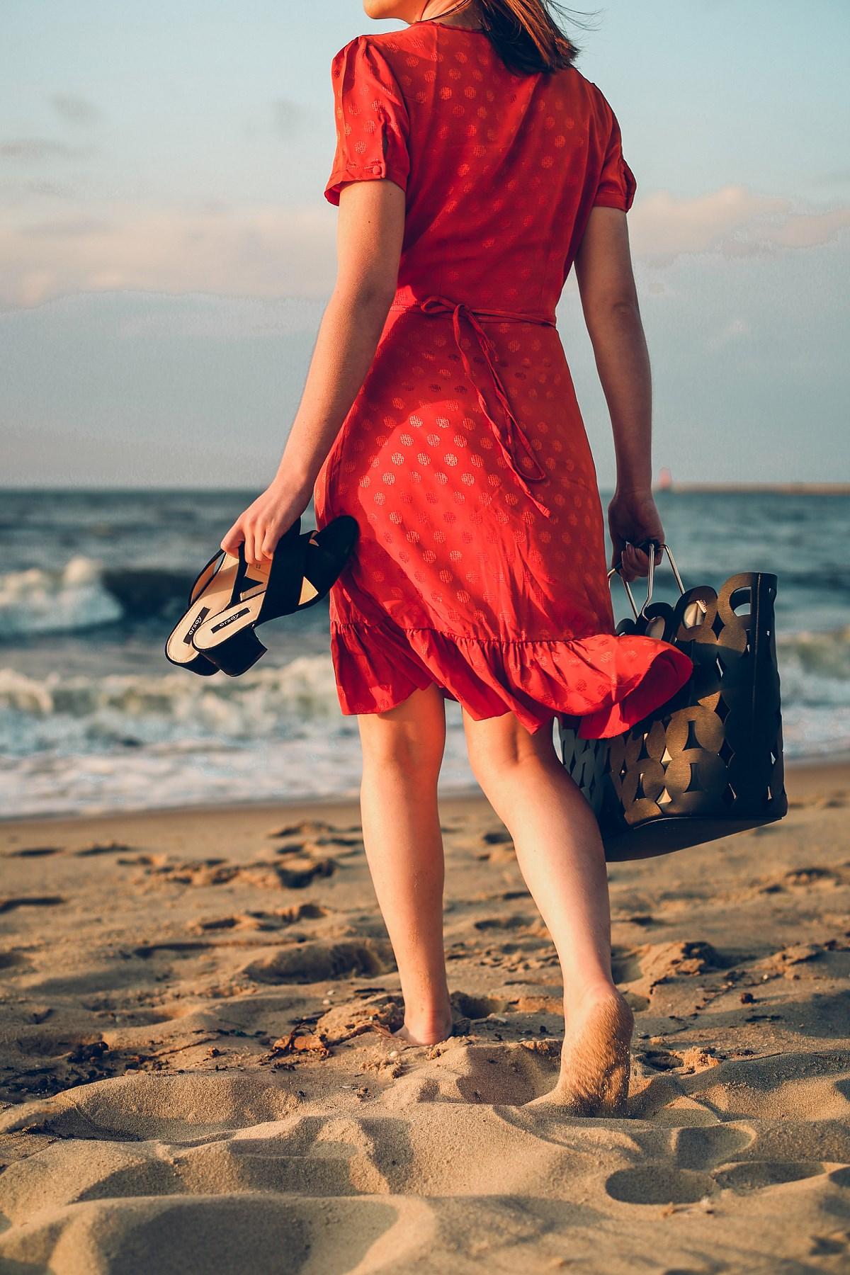 romantyczna sukienka z falbaną