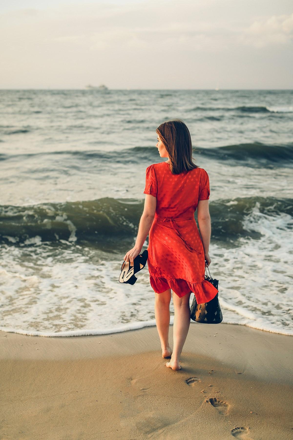 romantyczna sukienka z falbaną orsay