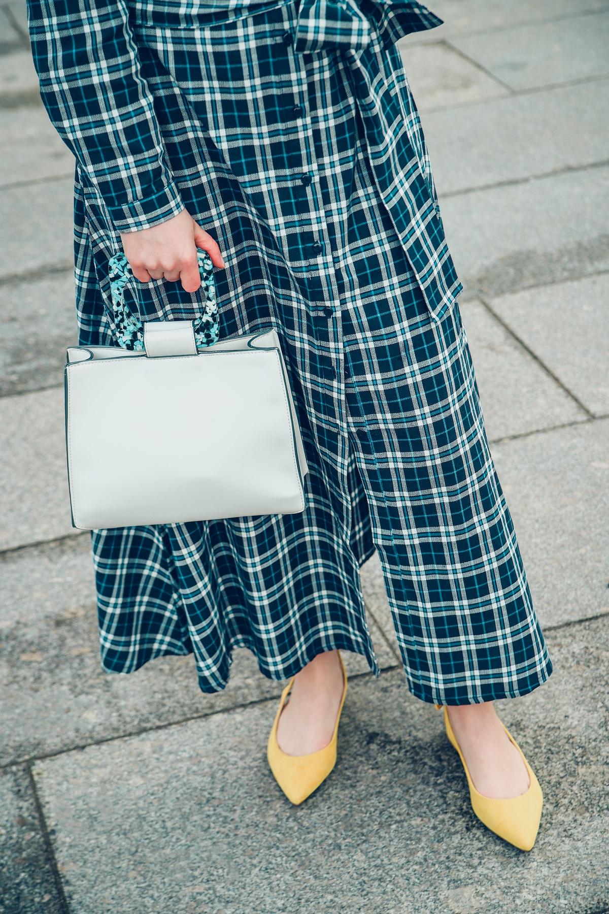 sukienka w krate torebka z plastikowa raczka zolte buty