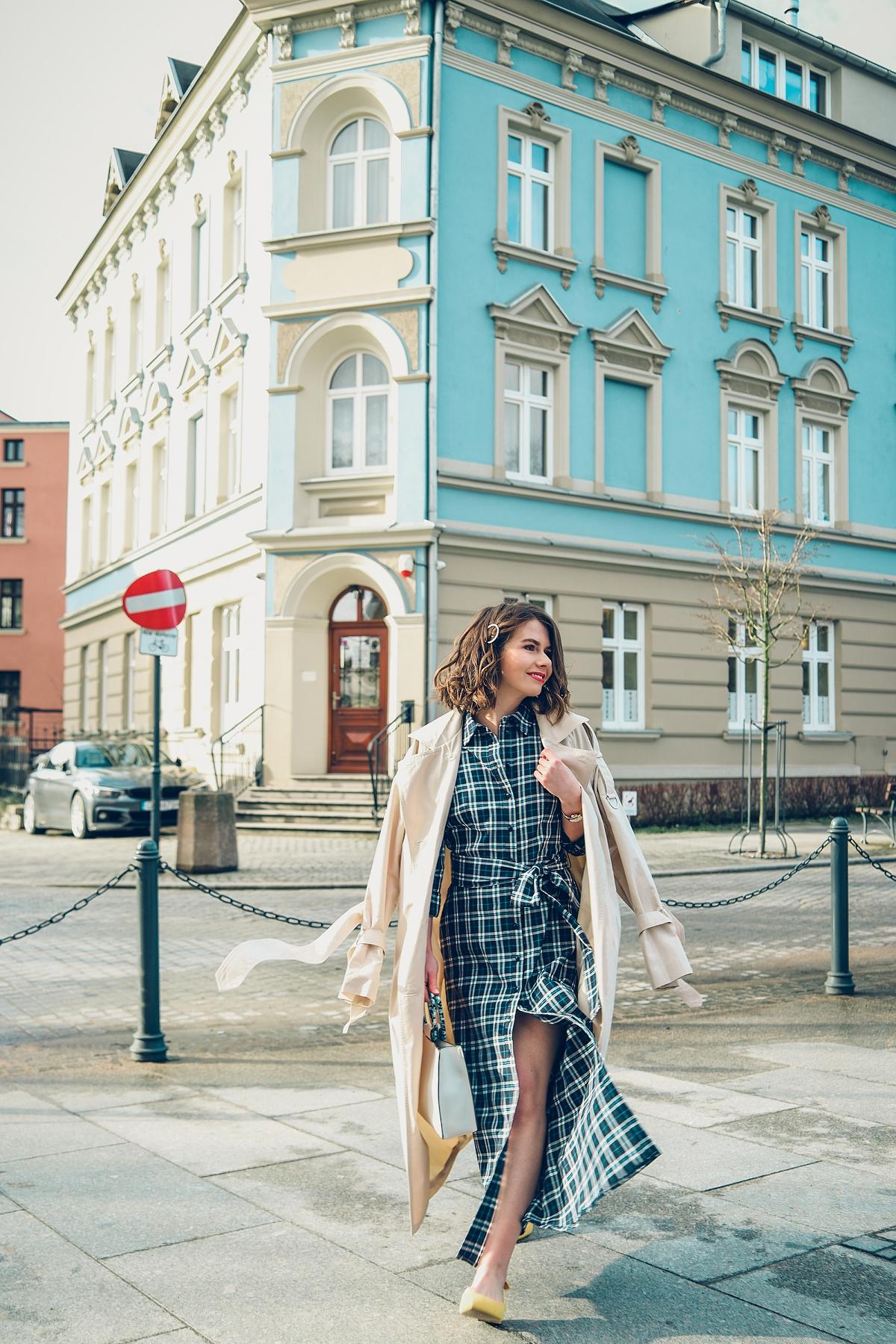 wiosenna stylizacja blog modowy trencz sukienka szmizjerka krata