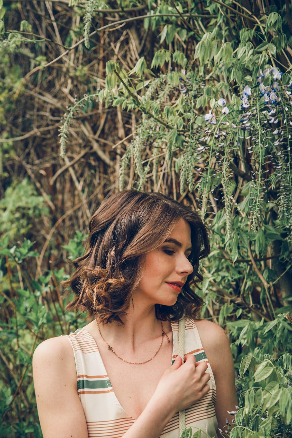 park oliwski beżowa sukienka zielone akcenty