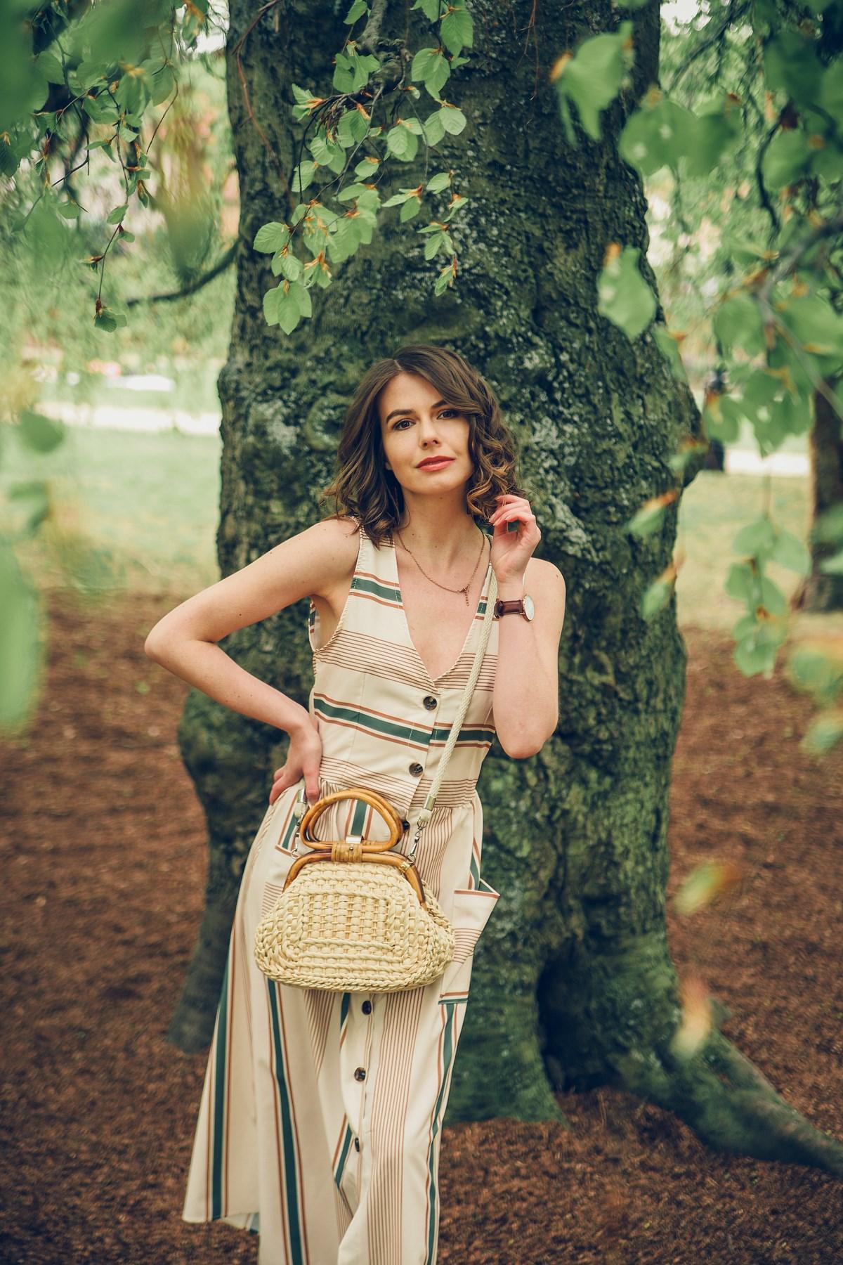 beżowa sukienka z zielonymi akcentami park oliwski