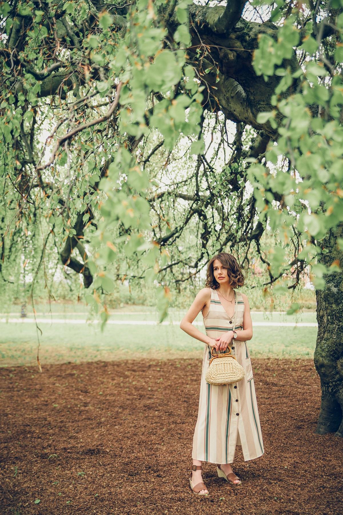 park oliwski beżowa sukienka 7/8 zielone akcenty