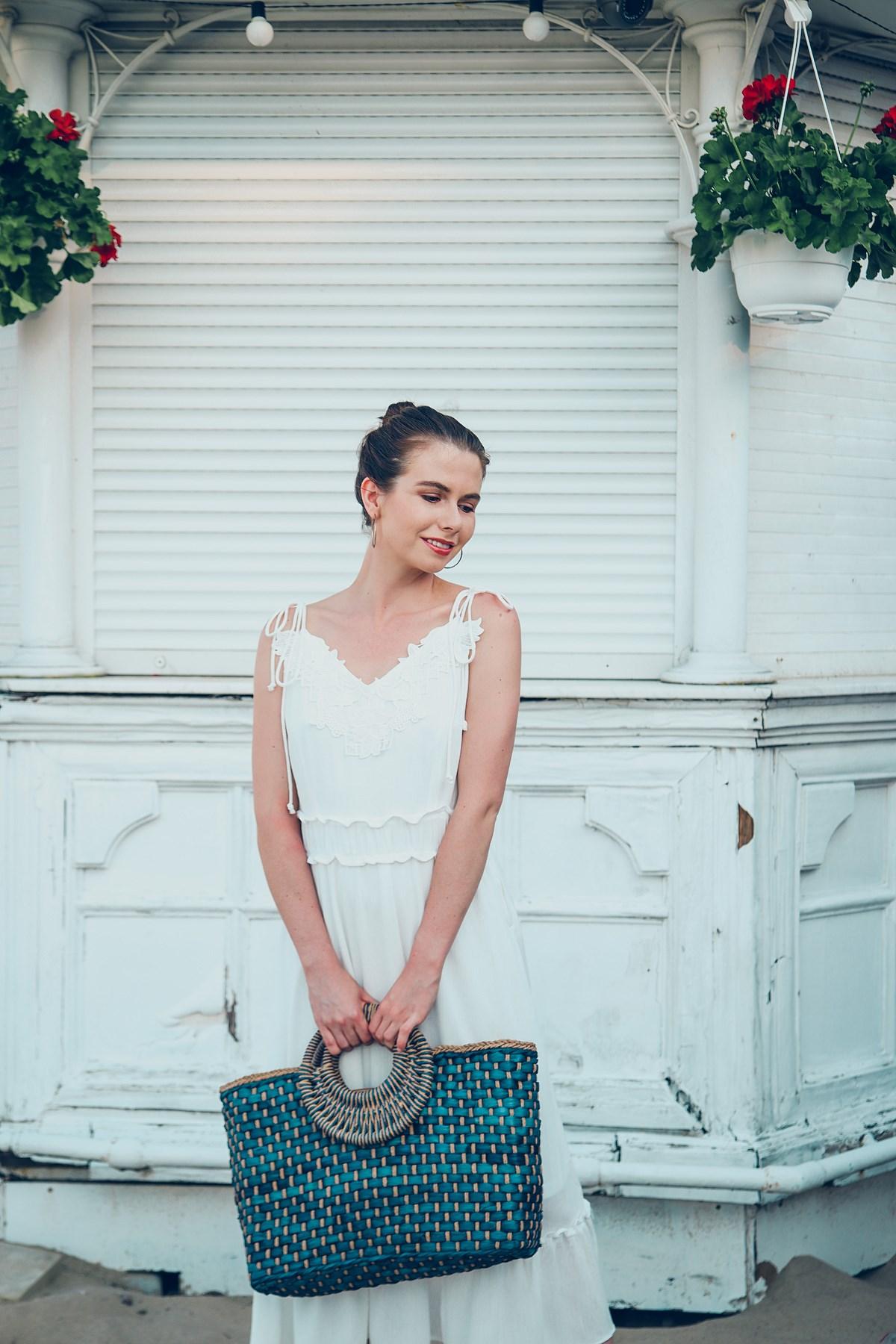 biała sukienka torebka koszyk