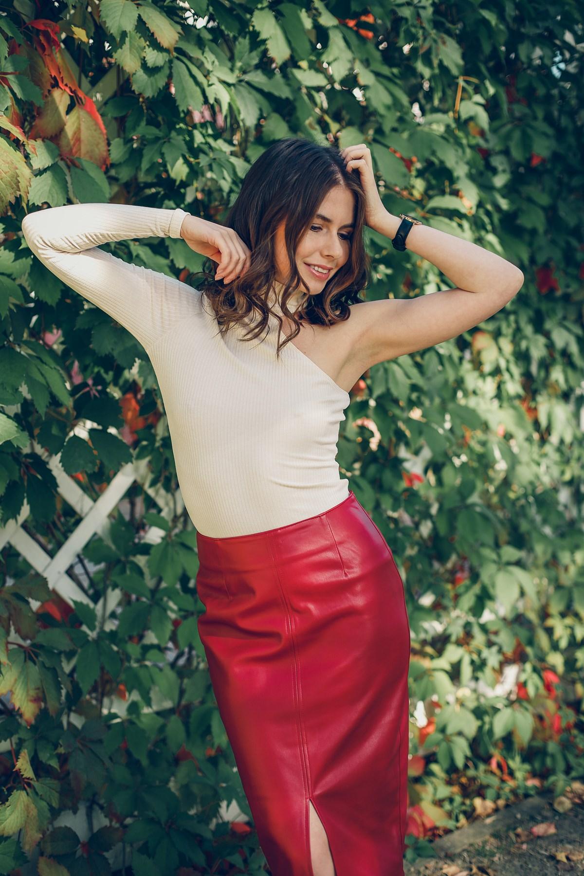 Czerwona spódnica z ekoskóry i asymetryczna bluzka