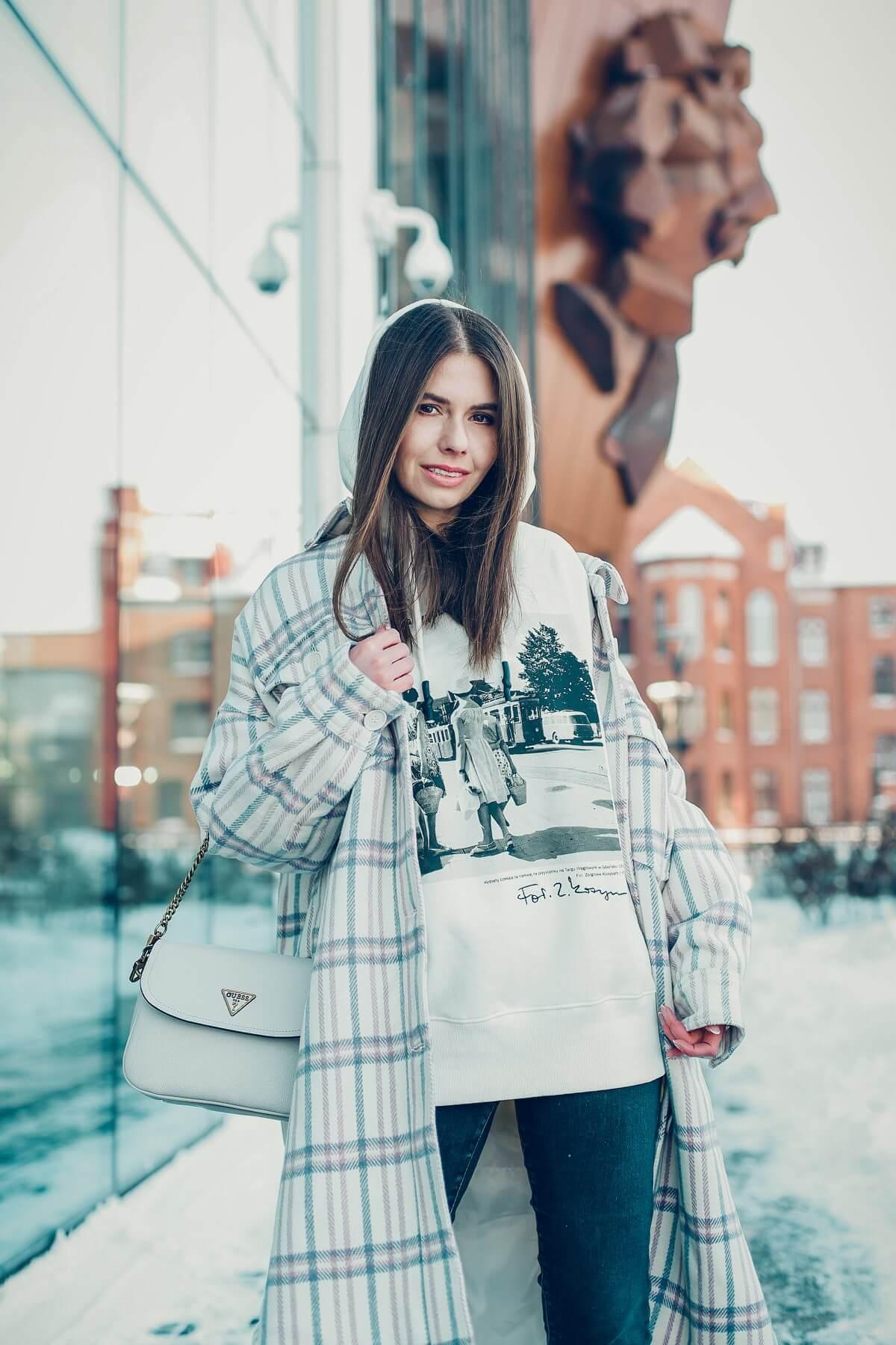 wiosenne trendy 2021 forum gdańsk koszulowy płaszcz torebka guess