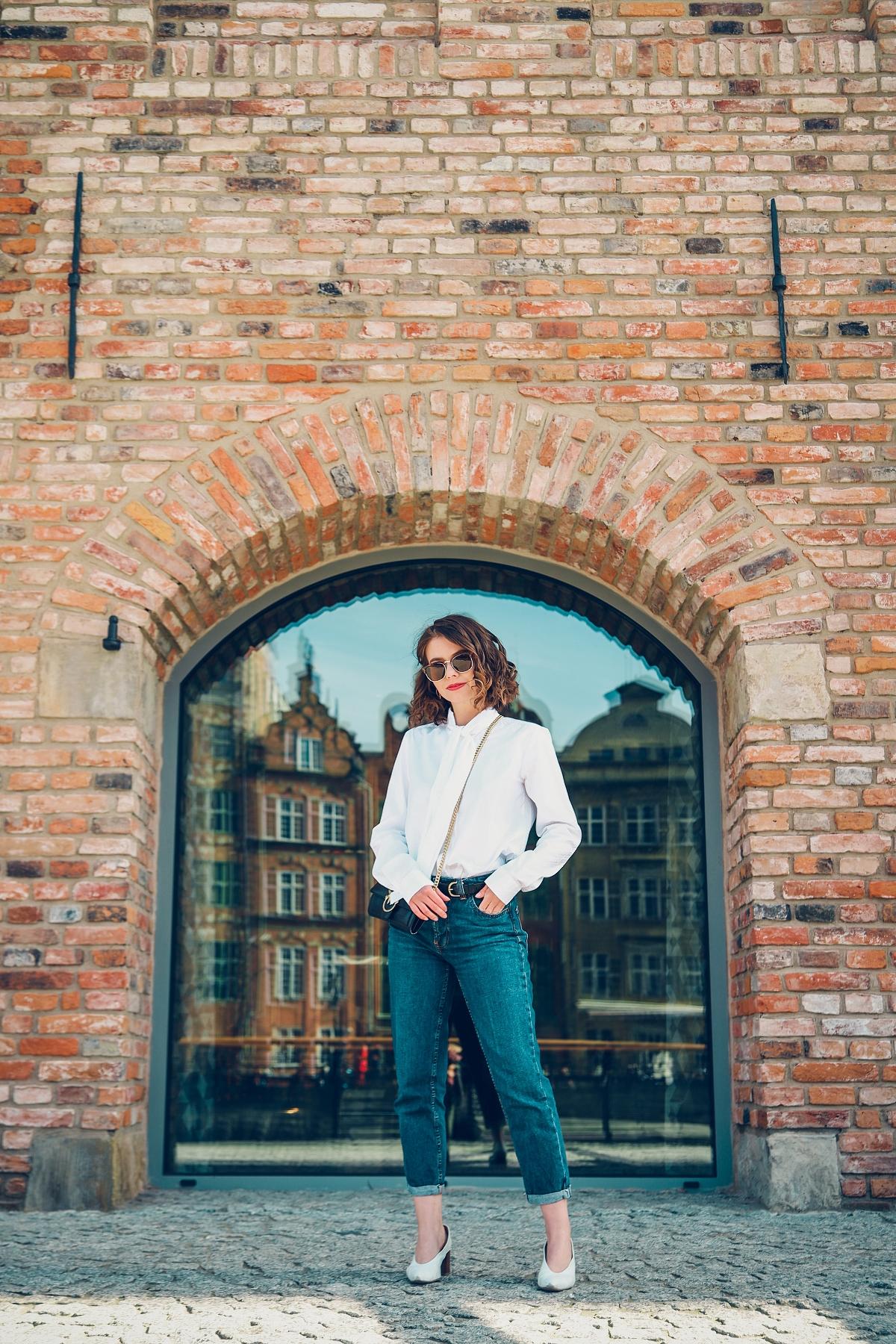 biała koszula wolczanka blog modowy stylizacja mom jeans granatowy płaszcz