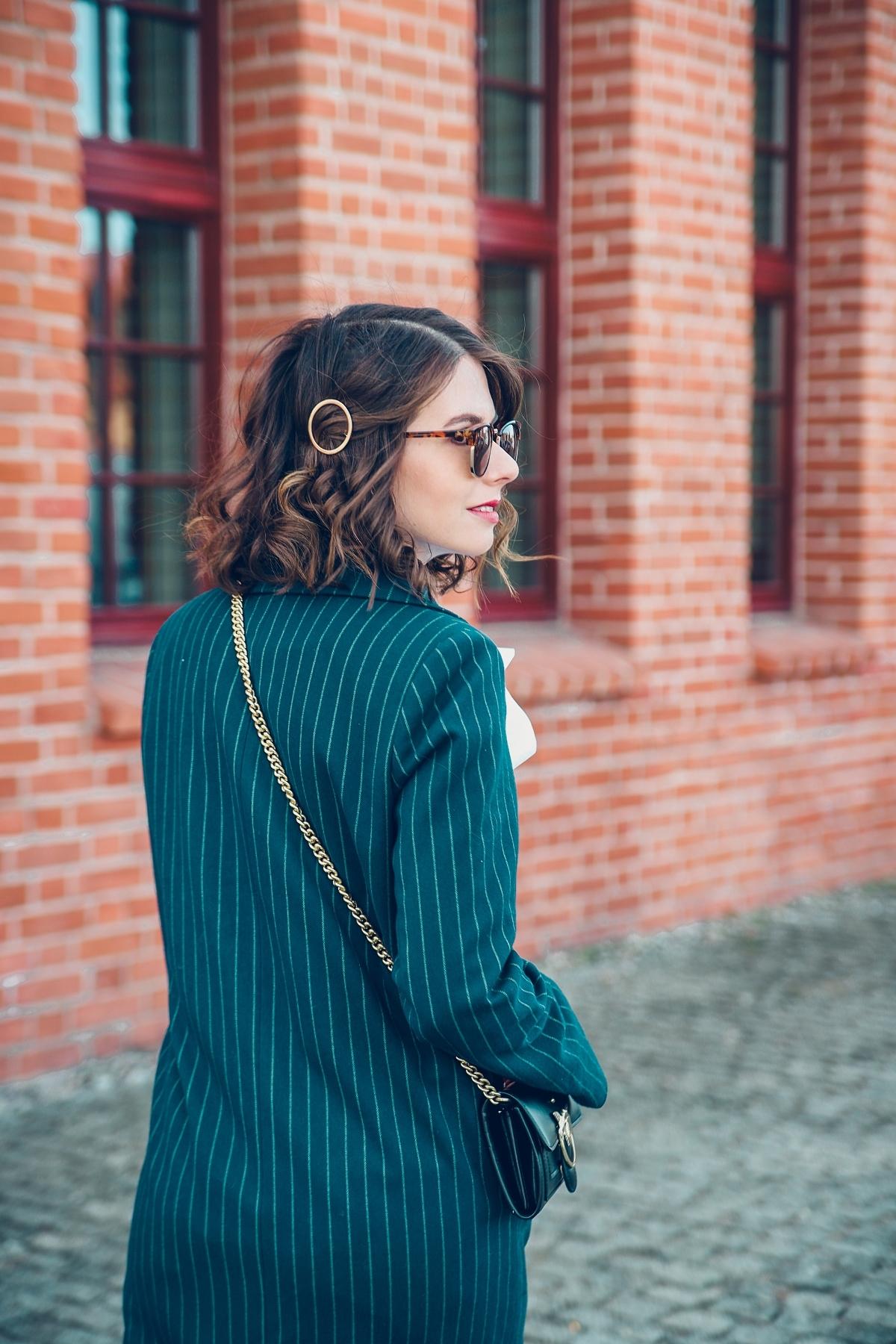 plaszcz na wiosne modna spinka nad uchem