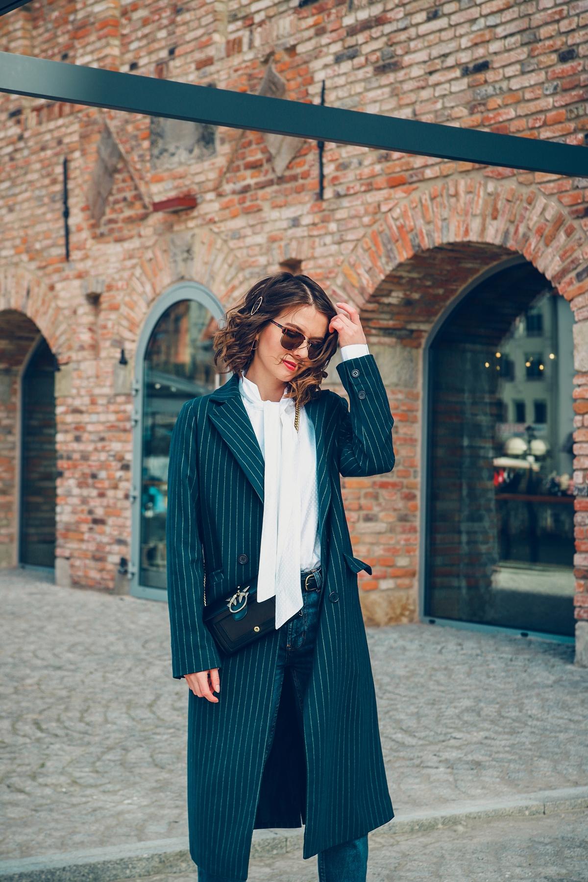 biala koszula wolczanka blog modowy stylizacja mom jeans granatowy płaszcz