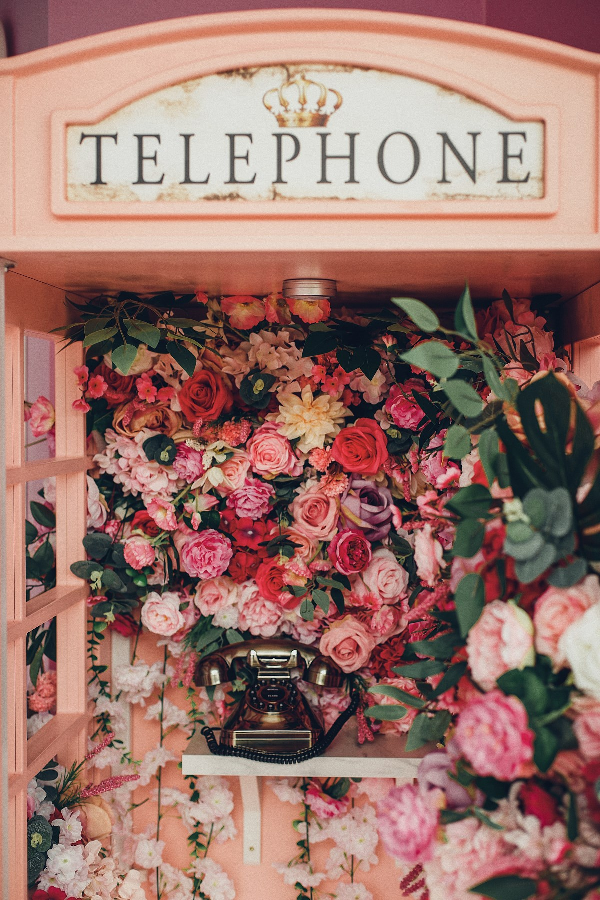 Essens Beauty Bar różowa budka telefoniczna