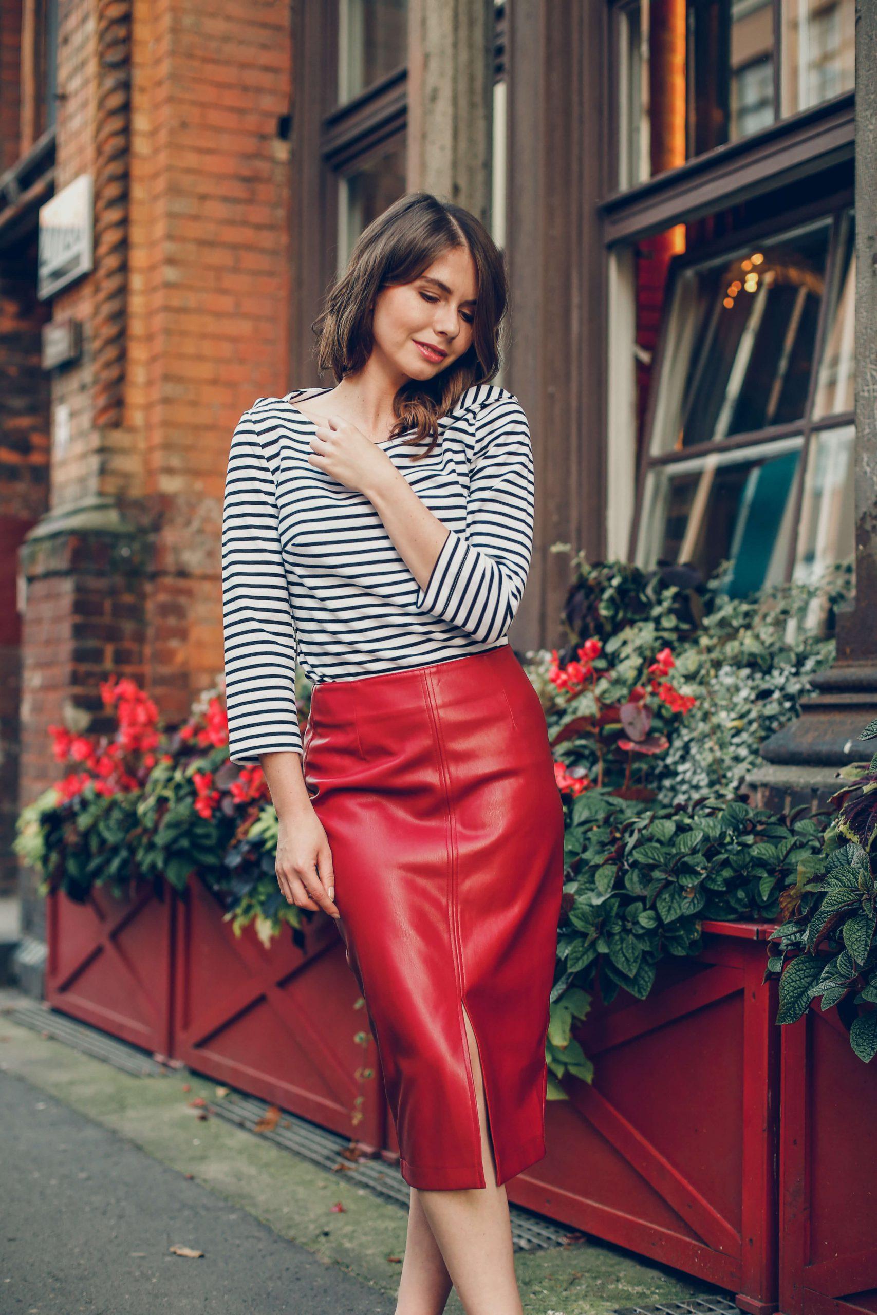 Czerwona spódnica z ekoskóry i bluzka w paski