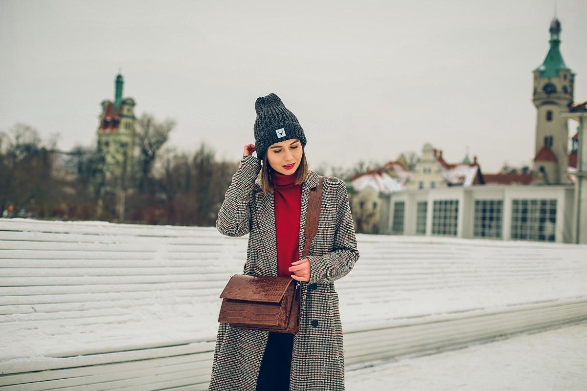 zimowa stylizacja blog modowy czerwony golf torebka wezowy wzor