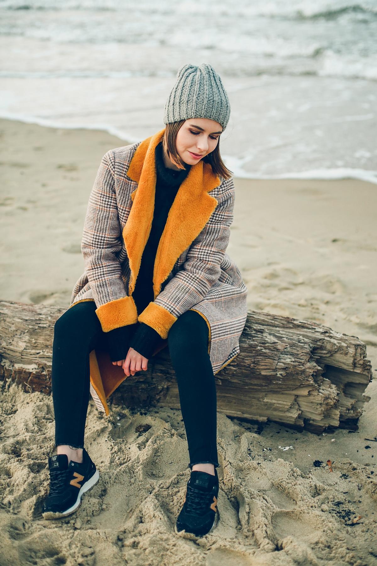 zimowy płaszcz z kożuchem w kratę sesja nad morzem (1)