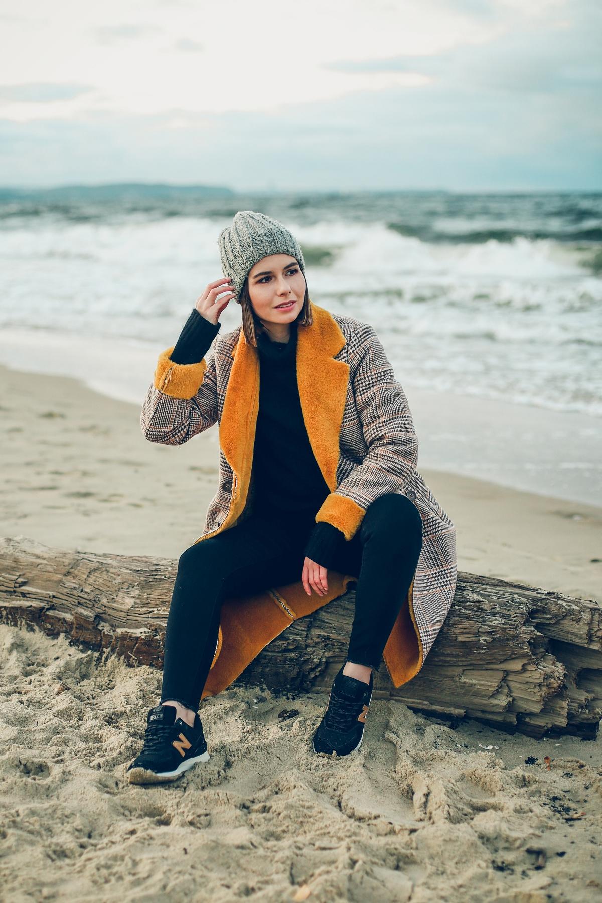 zimowy płaszcz z kożuchem buty new balance sesja nad morzem