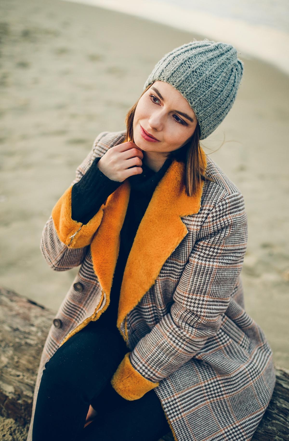 zimowy płaszcz z kożuchem musztardowym sesja gdansk